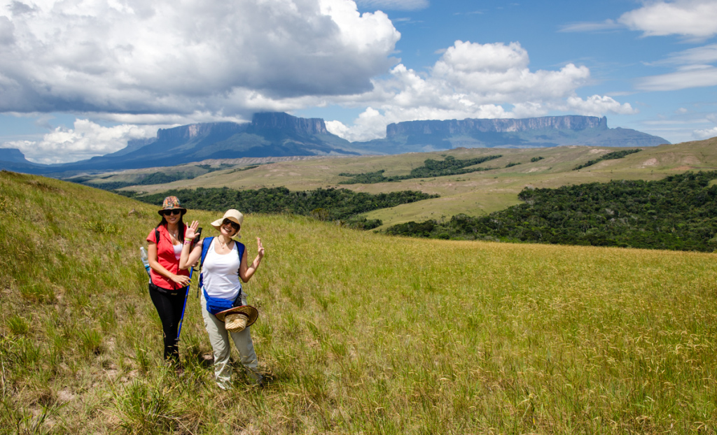 Anabel and Ana, on the way to Roraima